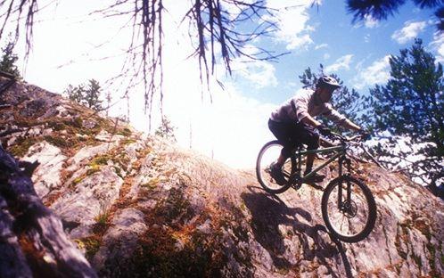 Sprung mit dem Dirt Bike