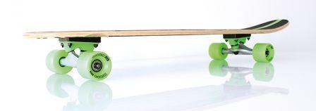 Longboard von RAM mit grünen Rollen