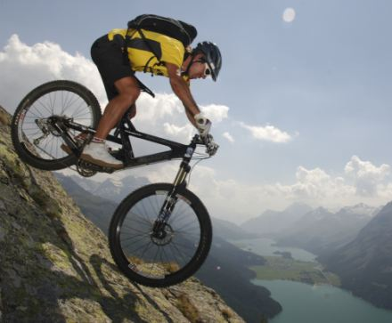 Rasante Outdoor Action mit Downhill Bikes